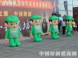 展会上全力以赴的绿色军装少年们