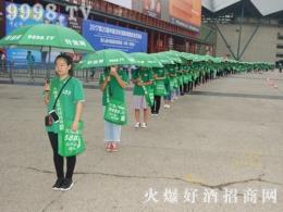 郑州秋季糖酒会,一伞一袋会场中尽是好酒网