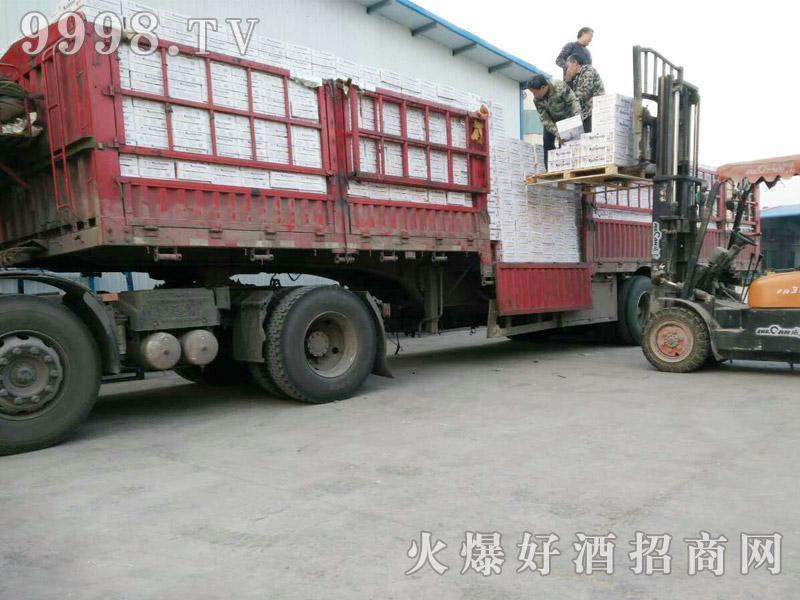 美林小镇啤酒汽车运输(6)