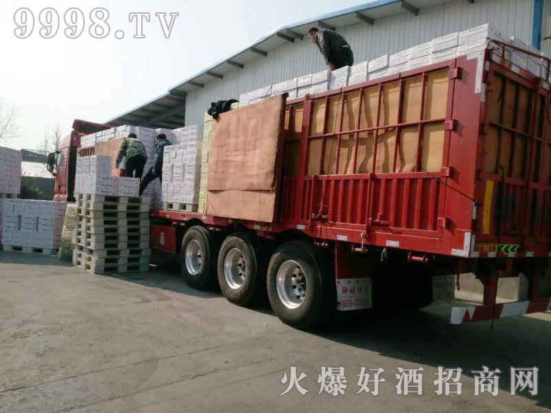 美林小镇啤酒汽车运输(12)