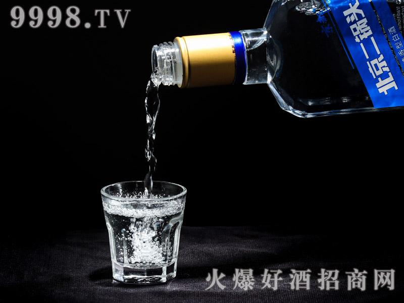 京都出口型北京二锅头酒实物展示・蓝狮(倒酒)