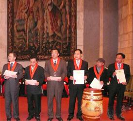 纳波娜市向6名中国酒商代表颁发葡萄酒荣誉勋章