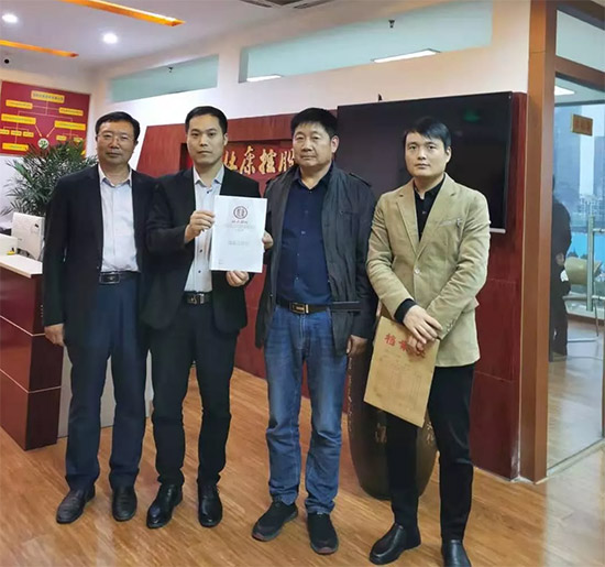 恭喜吉先生与杜康老酒签约成功,成为杜康老酒战略合作伙伴!
