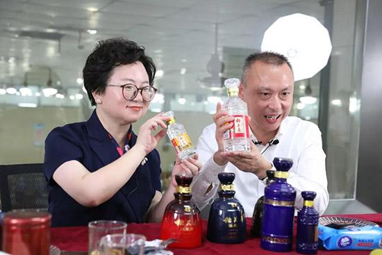 方丽华(左)与蹇宏(右)一起为广大网友送福利