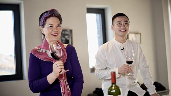 葡萄酒大师赵凤仪女士(左)、葡萄酒大师朱简先生(右)品鉴��岱2018年份
