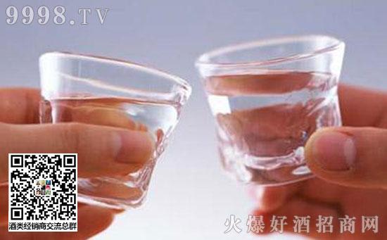 为什么白酒用玻璃瓶装?塑料瓶到底能不能装白酒?