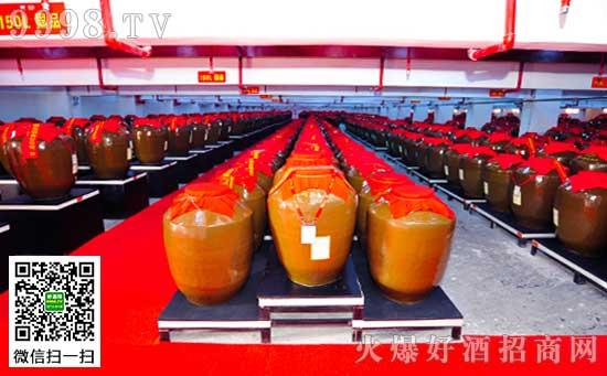 白金封坛酒惊艳亮相欧洲亚洲华人高球慈善晚宴