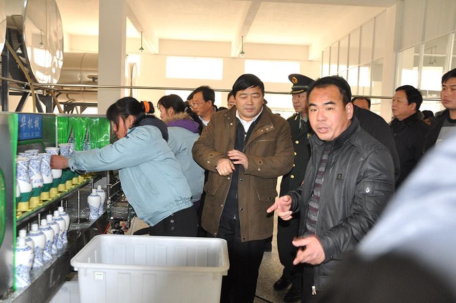 董事长丁友明陪同市委书记方春明参观包装车间