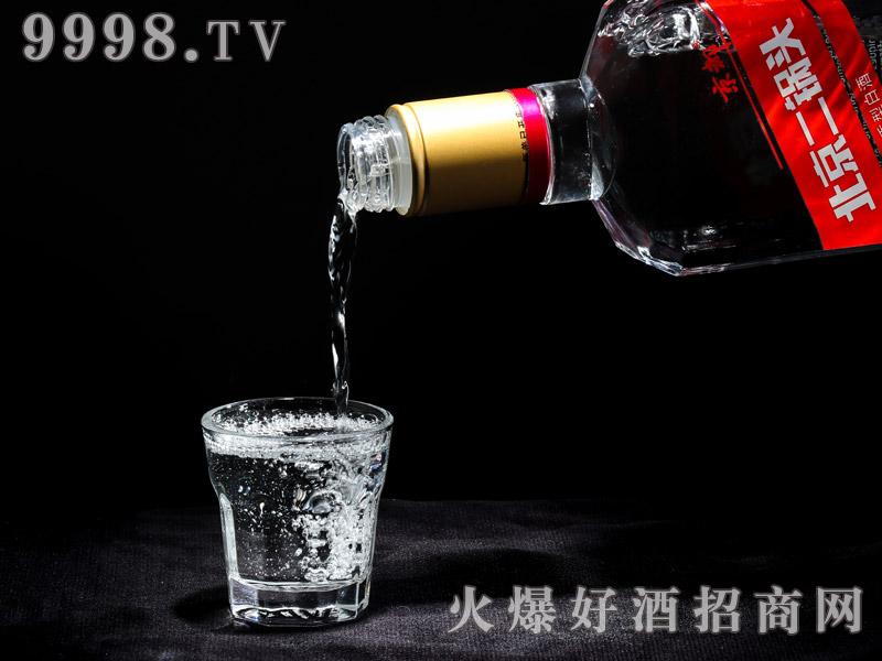 京都出口型北京二锅头酒实物展示・红凤(倒酒)